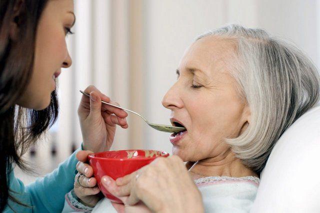 Грамотне годування лежачих хворих